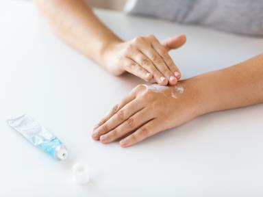 摄图网_300118208_医学,医疗保健人的密切妇女的手应用奶油治疗药膏用奶油治疗药膏双手(企业商用).jpg
